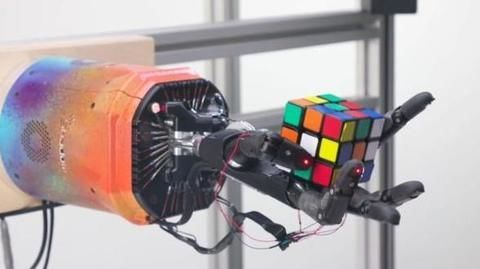 This robot can solve Rubik's cube with just one hand