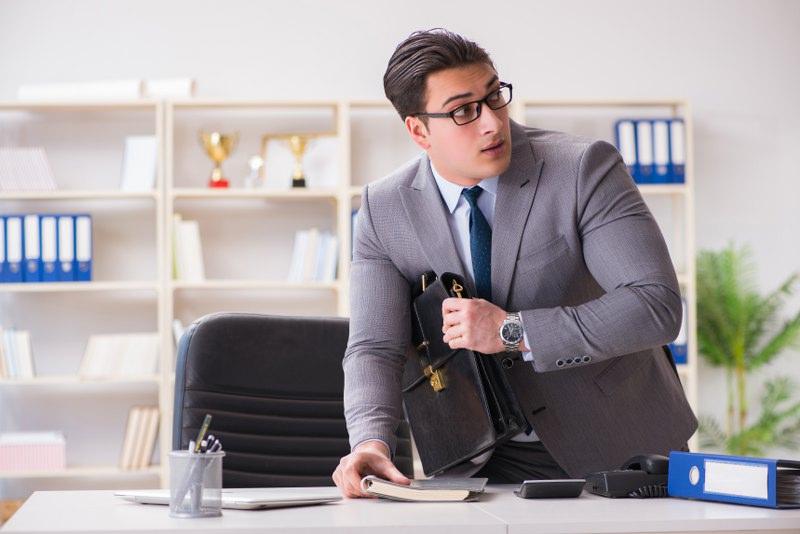 Karyawan Mencuri di Kantor