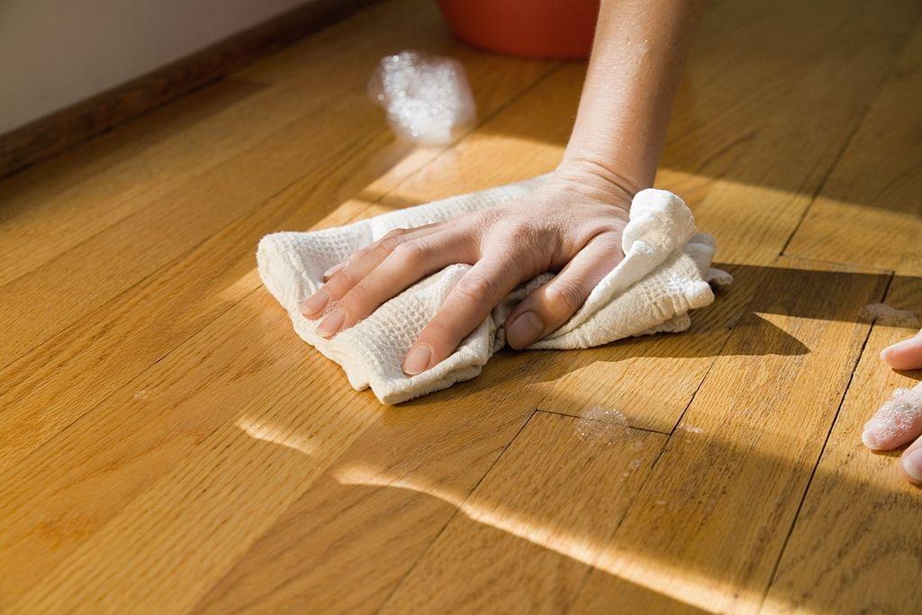 Membersihkan dan Merawat Lantai Anda