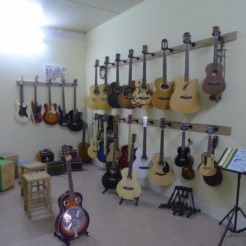 Guitar for sale in Sihanouk ville - 1/6