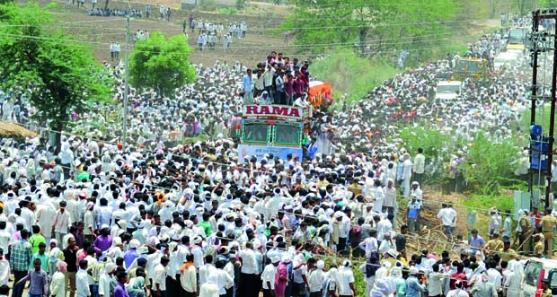 People attend the funeral of Gopinath Munde in Parali (Photo: DC)