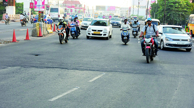 Picture of uneven road at Begumpet flyover. (Photo: Deccan chronicle)