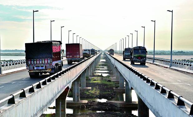 Vehicles move on fourth bridge across Godavari river from Katheru to Kovvur in Rajahmundry. (Photo: DC)