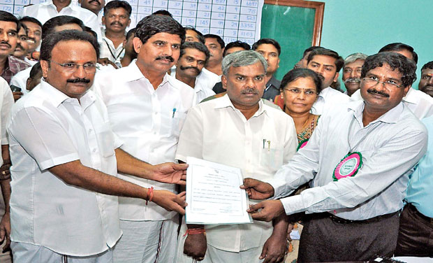 Corporation commissioner S. Ganesh hands over a certificate declaring P. Rajkumar the new mayor of Coimbatore at Government College of Technology on Thadagam Road in Coimbatore. (Photo: DC/File)