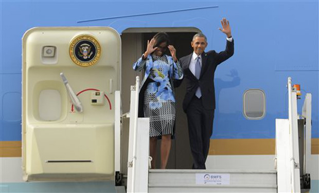 U.S. President Barack Obama and first lady Michelle Obama wave as they step out of Air Force One upon arrival at the Palam Air Force Station in New Delhi, India, Sunday (Photo: AP)