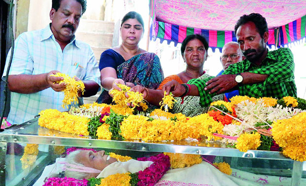 People pay floral tributes to actress T. Kanakam who passed away on Tuesday.
