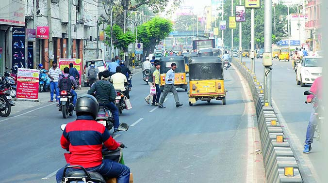 A pedestrian shows his hand towards the oncoming vehicle, thus risking his life and that of others. (Photo: DC)