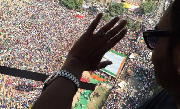 Ajay Devgn waving to the crowds in Bihar Shariff (Photo: Twitter)