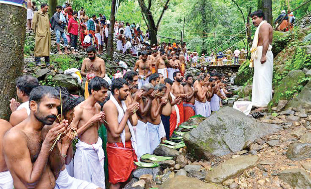 Believers offer Karkidaka Vavubali on Papanashini river at Tirunelli on Friday. (Photo: DC)