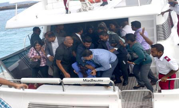 Aftermath of explosion on speedboat carrying Maldives president and first lady (Photo: Twitter)