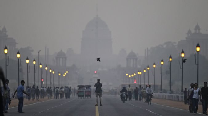 In this Nov. 3, 2012 file photo, a tourist stands in the middle of a street in front of Rashtrapati Bhawan enveloped in a blanket of smog, caused by a mixture of pollution and fog in New Delhi (Photo: AP)