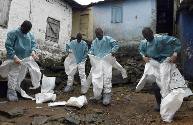 Medical staff members wear protective Ebola suits (Photo: AFP)