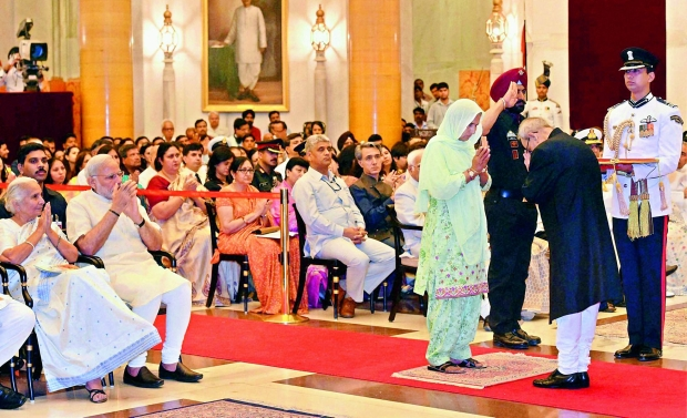 Shekh Shahzada Parveen, wife of constable, J&K Police Mustak Ahmed receives Shaurya Chakra from President Pranab Mukherjee at the Defence Investiture Ceremony 2015 at Rashtrapati Bhavan in New Delhi on Sunday (Photo: PTI)