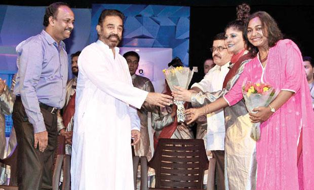 Kamal Haasan felicitating Chillu crew