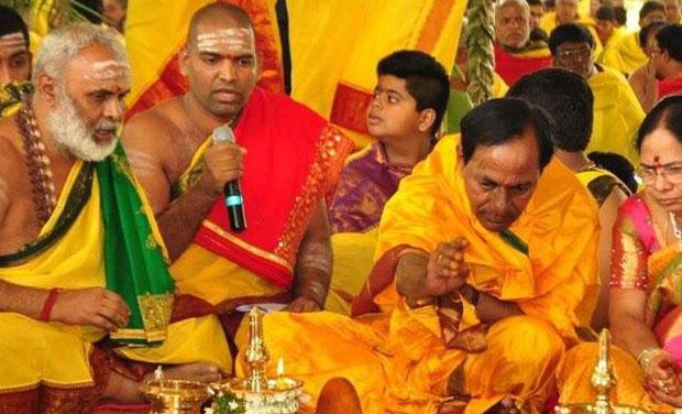 K Chandrasekhar Rao performing the Ayutha Maha Chandi Yagam