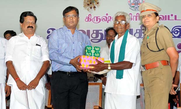 Krishnagiri collector Rajesh hands over the prize to a mango farmer. (Photo: DC)