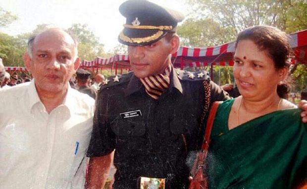 Major Mukund Varadarajan with his parents. (Photo: bharat-rakshak.com)