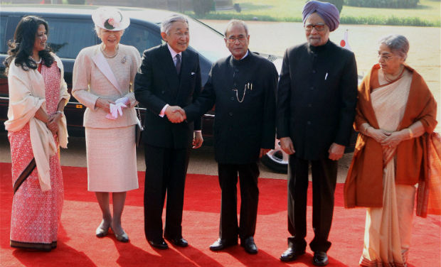 From left, Indian President Pranab Mukherjee's daughter Sharmistha Mukherjee, Japan's Empress Michiko, Emperor Akihito, Pranab Mukherjee and Indian Prime Minister Manmohan Singh pose for a photograph during Akihito's ceremonial reception in New