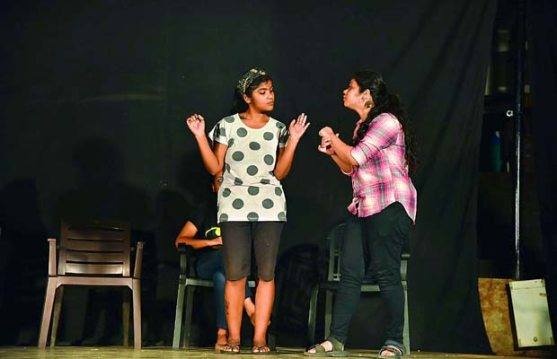 instant drama: Actors performed on situations suggested by the audience