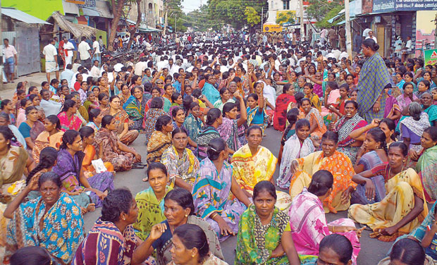 Angry fishermen community protest in Rameswaram against the awarding to death sentence to five Tamil Nadu fishermen by the Sri Lankan high court on Thursday.  (Photo: DC )