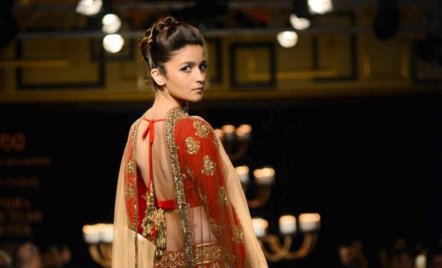 Alia Bhatt Walks The Ramp For Manish Malhotra At ICW Photo Viral Bhayani