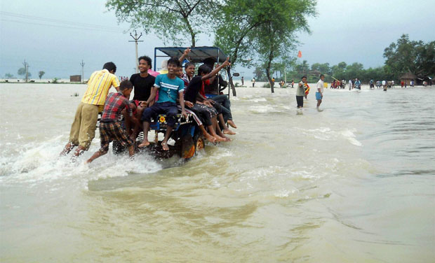 Locals wade through flood water at Karalaghat road in Burdwan district of West Bengal (Photo: PTI)