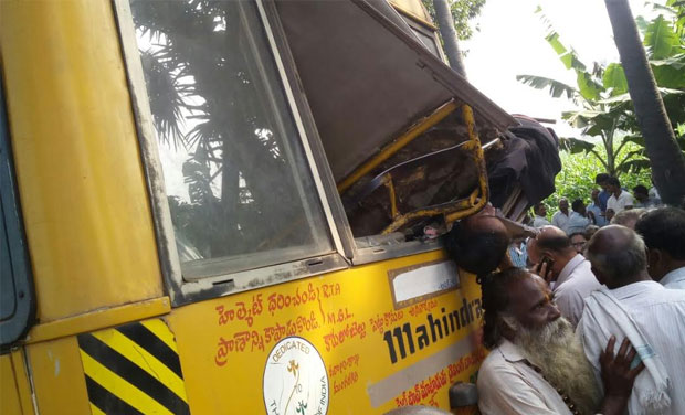 The axial rod of the bus suddenly broke and the driver lost control over the bus (Photo: DC)