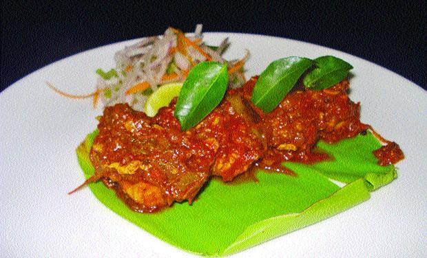 Kozhi pollichathu (pan fried chicken).