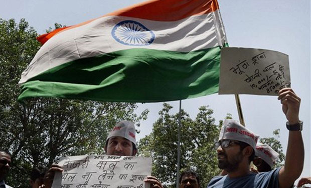 Aam Aadmi Sena activists protest agaisnst AAP leader Arvind Kejriwal outside of Patiala House court in New Delhi on Friday. (Photo: AP)