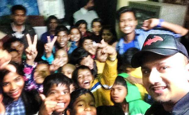 Honey Singh took a selfie with the kids. Picture courtesy: www.facebook.com/YOYOhoneysingh