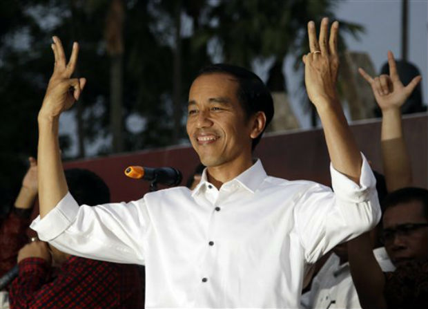 In this July 23, 2014 Indonesian president-elect Joko Widodo greets supporters with his 'three-finger greeting' symbolizing 'The Unity of Indonesia', the third of Indonesia's five principles, during a gathering in Jakarta. (Photo: AP)