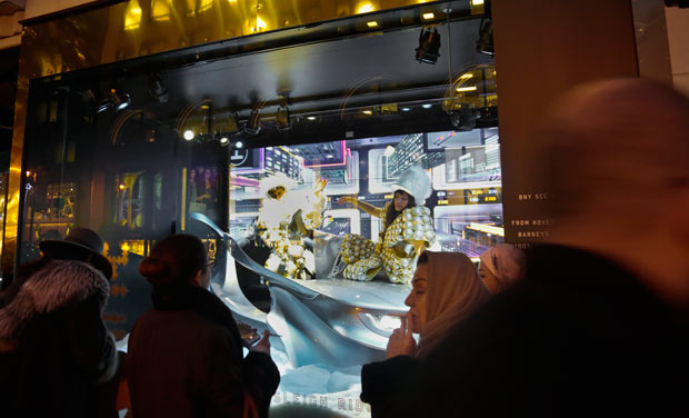 Mersmerising christmas window displays in new york for Where do models live in nyc