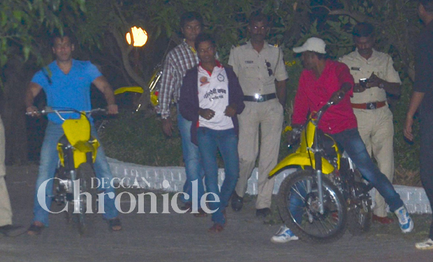 Salman Khan's week long birthday celebration has been the talk of the town. After a grand party to bring in his 49th birthday, the actor zoomed off to enjoy a ride with friends.