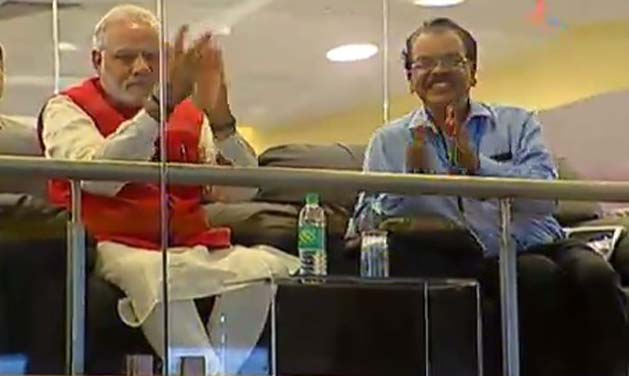Prime Minister Narendra Modi congratulating ISRO scientists (Photo: video grab)