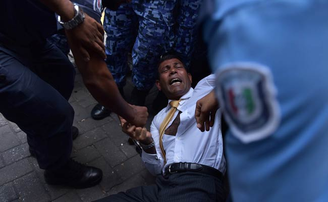 Maldives police try to move former president Mohamed Nasheed during a scuffle as he arrives at a courthouse in Male on February 23, 2015. (Photo: AFP)