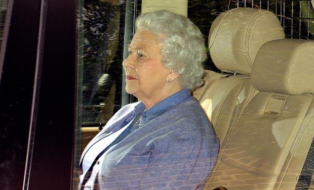 Znalezione obrazy dla zapytania royal baby queen go to kensington