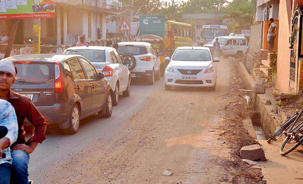 The roads between some residential areas are narrow and causing traffic jam in the Mandadam Centre, that will be the route for general public to reach the new capital Amaravati foundation ceremony venue on October 22. (Photo: DC)