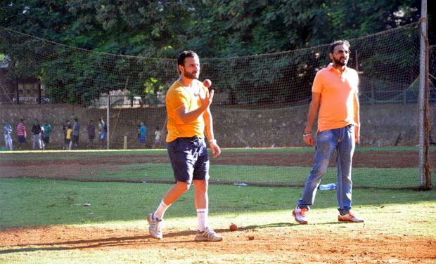 For the match, Saif was seen in a bright yellow tee and blue shorts. The Mumbai heat got the best of the star who was seen drenched in sweat by the time he bowled his first over.