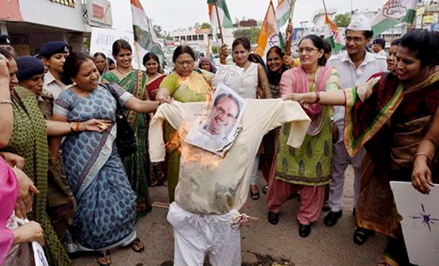 Mahila Congress activists burning an effigy of Madhya Pradesh Chief Minister Shivraj Singh Chouhan demanding his resignation. (Photo: PTI)