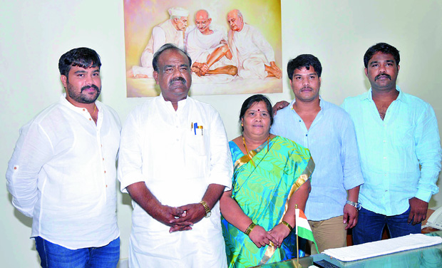 First Speaker of Telangana Assembly S. Madhusudana Chary poses with his family members (Photo: DC)