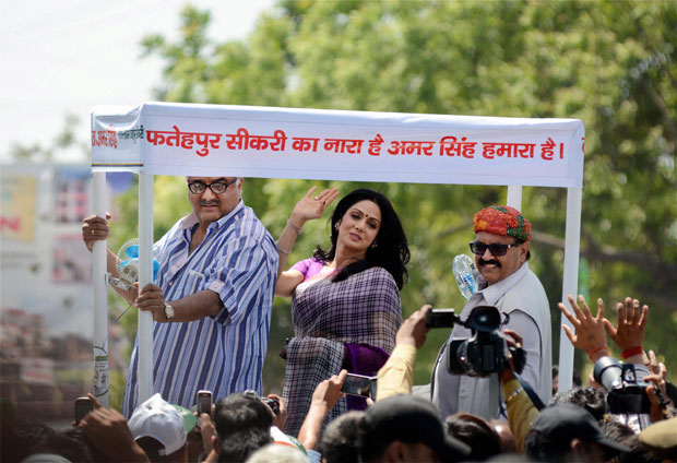 Bollywood actress Sridevi along with husband-director Boney Kapoor campaigns for RLD leader Amar Singh in Fatehpur Sikri on Tuesday. Photo: PTI