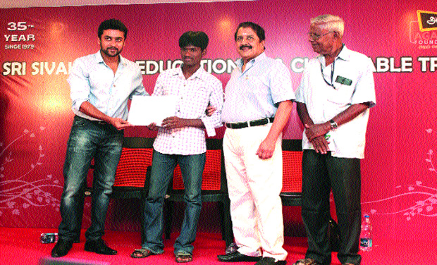 Actor Suriya awarding a passed out student    (Photo: DC)