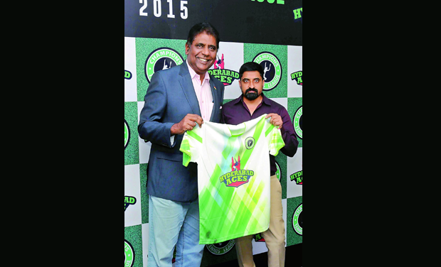 Champions Tennis League chairman Vijay Amritraj (left) and Hyderabad Aces owner Rajesh Dandu unveil the team jersey during a press conference in Hyderabad on Tuesday, (Photo: DC)