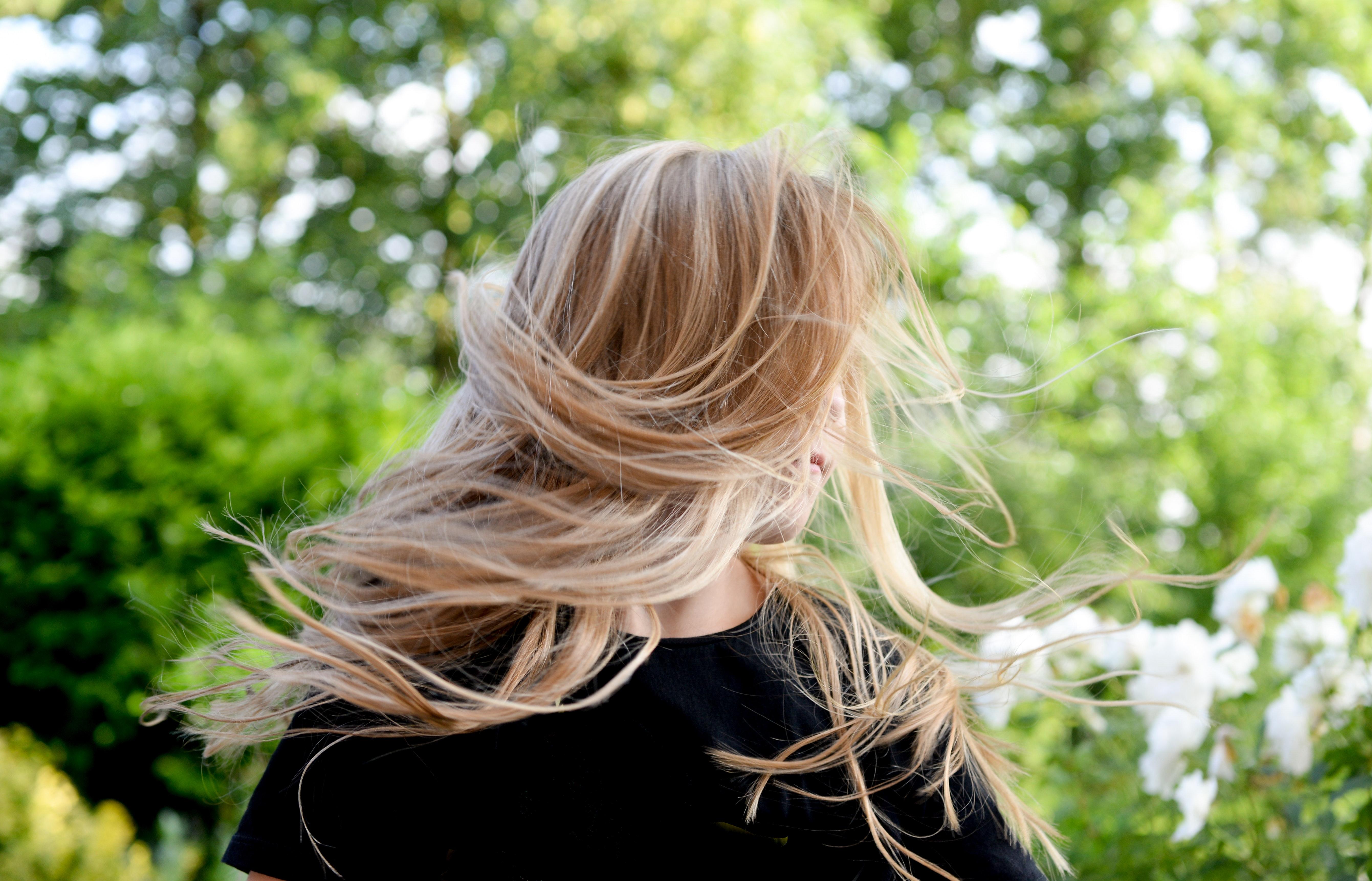 女人穿黑色襯衫1708763.jpg