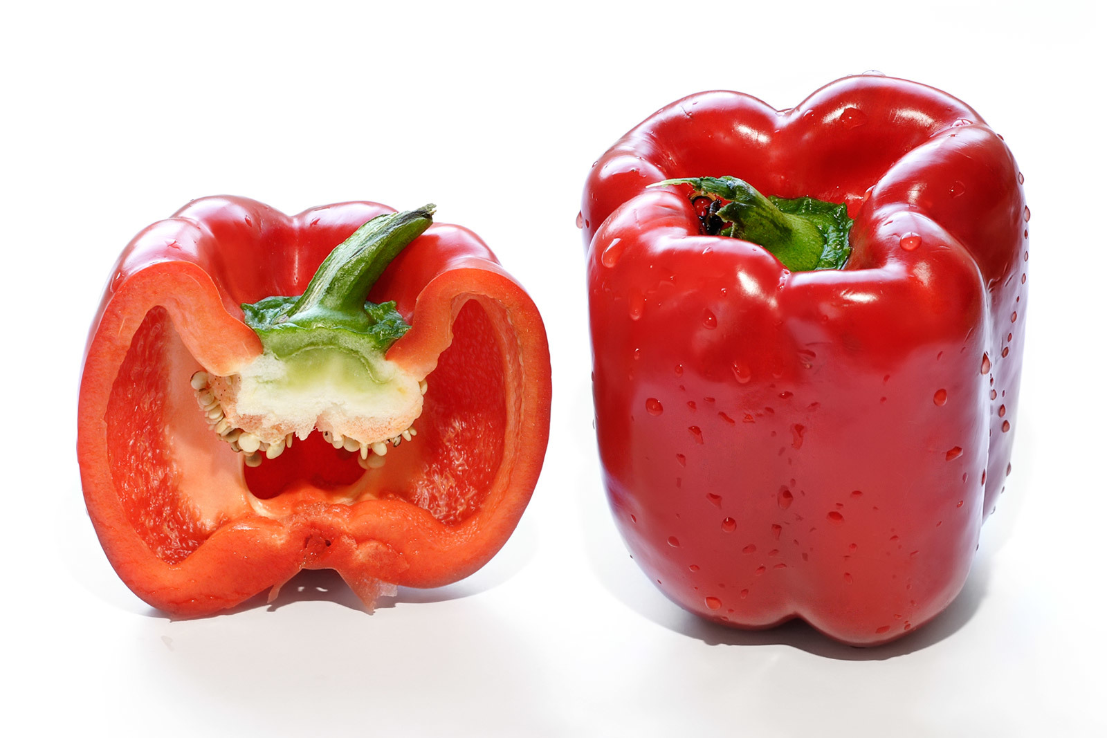 Red_capsicum_and_cross_section1