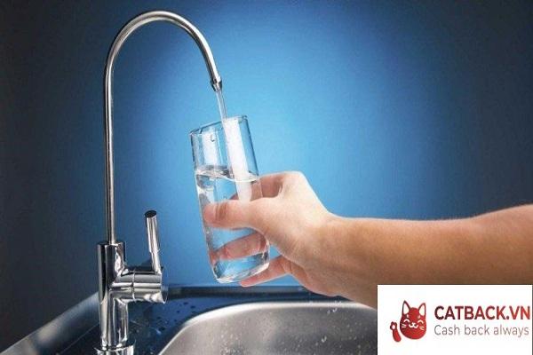 Nước được lấy từ máy lọc nước Nano