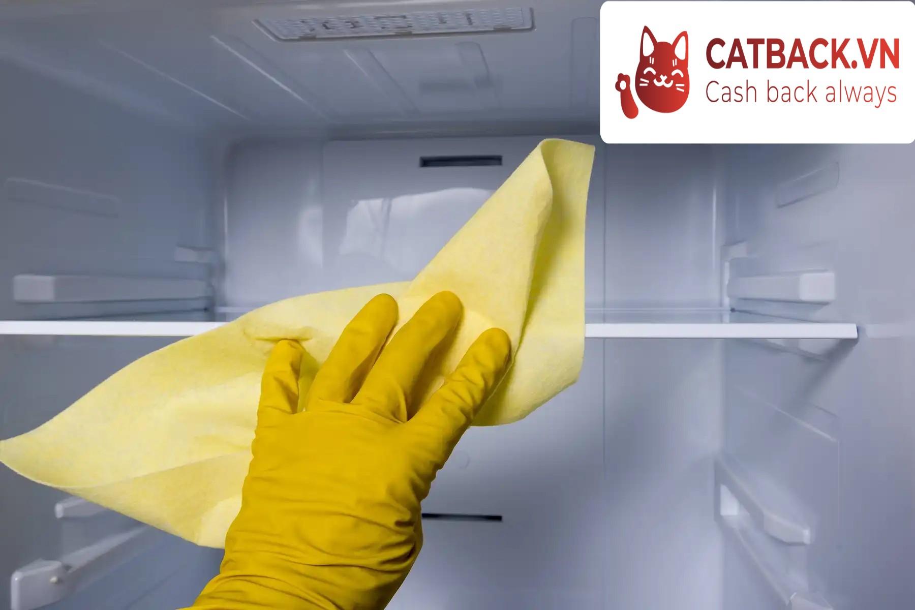 Làm sạch vách ngăn bằng dung dịch rửa bát