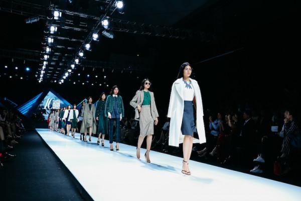 Chân váy kết hợp cùng áo vest, thời trang thu đông 2021