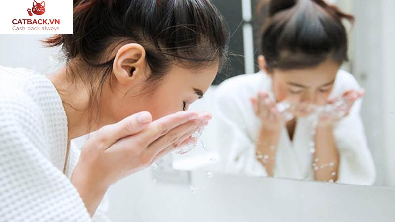 Dưỡng da cho mẹ bầu nên rửa mặt 1 - 2 lần mỗi ngày