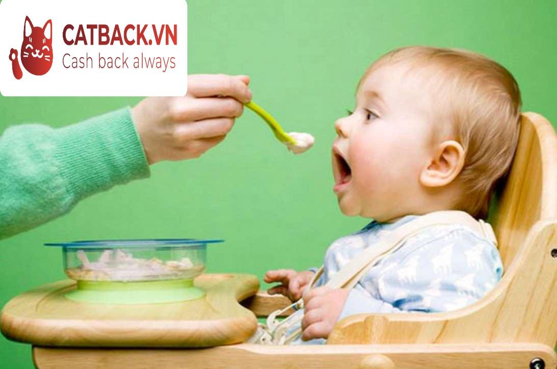 Bạn cần giữ cho trẻ đúng tư thế khi ăn